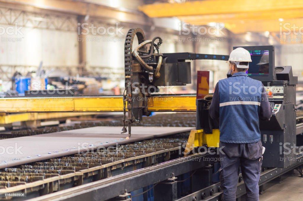 Trabajador de acero en la máquina cortadora de plasma CNC - Foto de stock de Accesorio de cabeza libre de derechos
