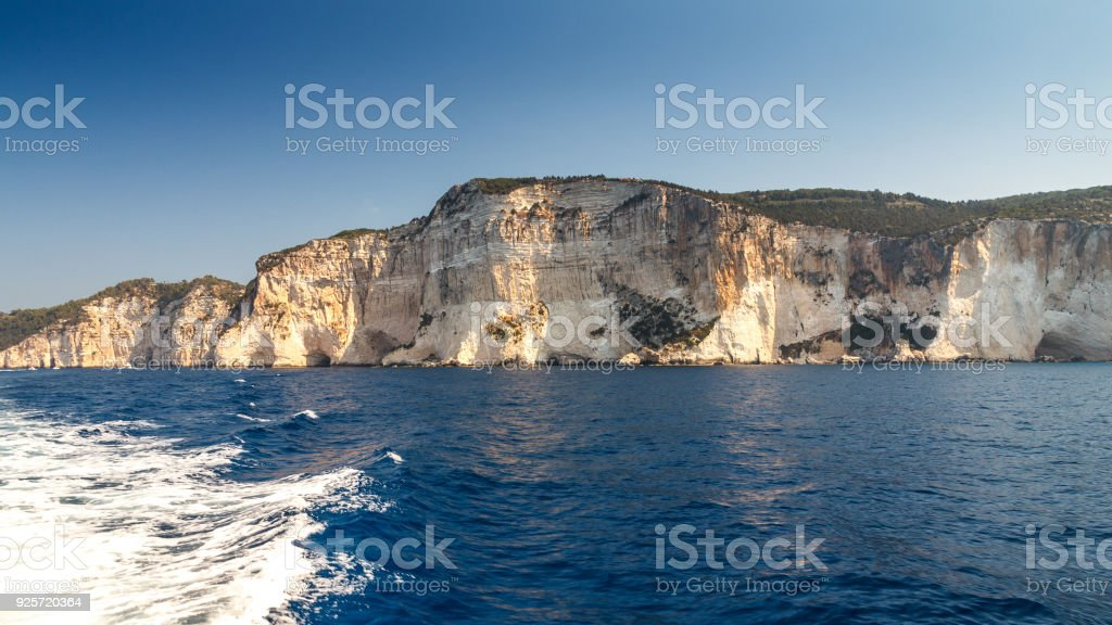 Penhascos íngremes com cavernas do mar sobre a costa de Paxos. - foto de acervo