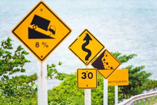 Steile Hügel Abstieg Verwendung Lastgang Verkehrszeichen in Thailand unterwegs. – Foto