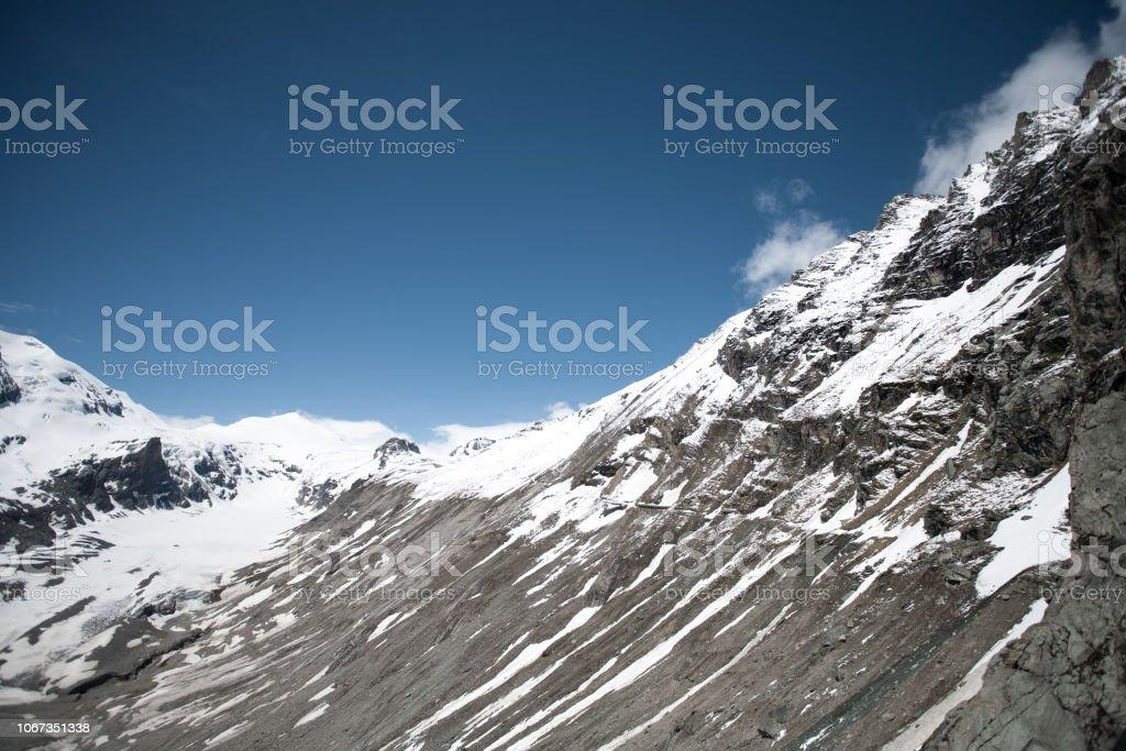 Steile Berge (Alpen) mit Schnee bedeckt – Foto