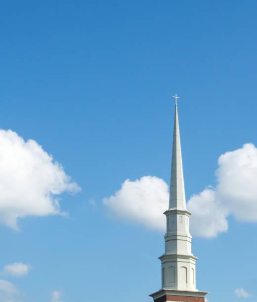 kirchturm in blauer himmel - kirchturmspitze stock-fotos und bilder