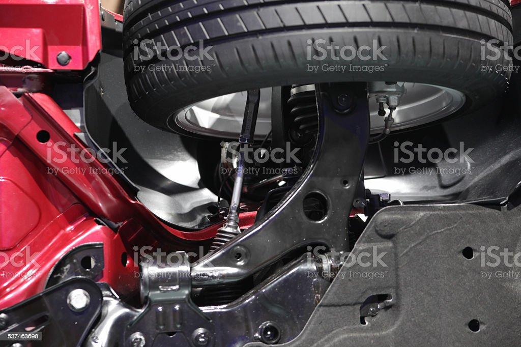 Volants sur le devant et des roues de voiture ci-dessous - Photo