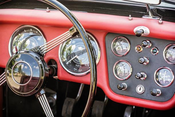 스티어링 휠 및 역사적인 빈티지 자동차 대시보드 스톡 사진