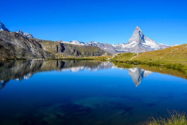 stellisee - beautiful lake with reflection of matterhorn - switzerland - kanton schweiz stock-fotos und bilder