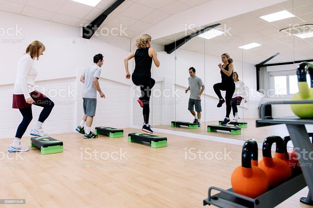 Etapa aula de aeróbica em uma academia de ginástica - foto de acervo