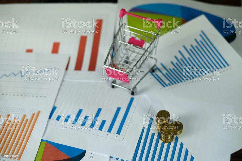 Madeni para yığınları arabası ve dizüstü dizüstü bilgisayar ve mali grafik ile adım kağıt çalışma tablosu, iş planlama vizyonu ve Finans analiz kavramı üzerinde. - Royalty-free Alışveriş Stok görsel
