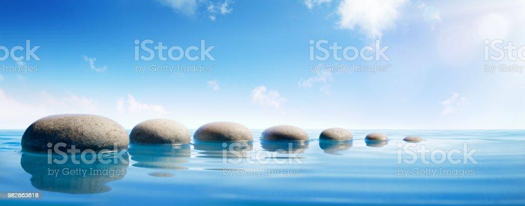 Étape de pierres dans l'eau bleue - Zen Concept photo libre de droits