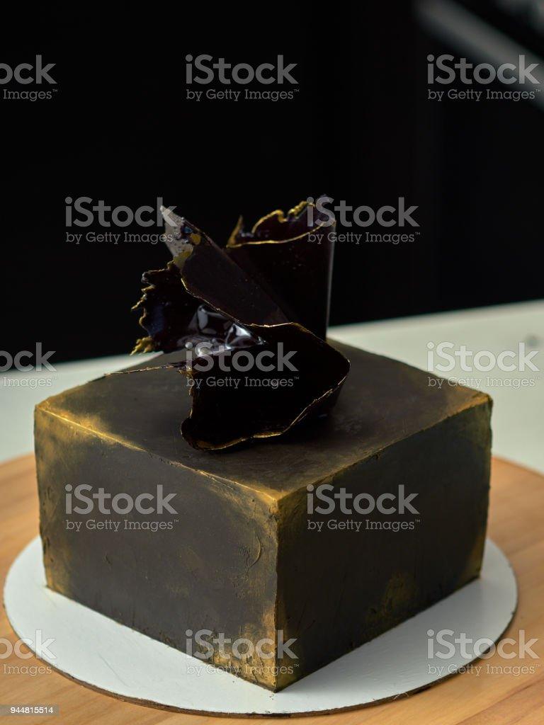 Schritt Für Schritt Vorbereitung Der Schwarzen Designer Kuchen. Der  Konditor Ziert Einen Schwarzen Kuchen,