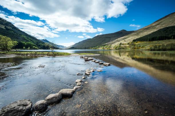 Stepping stones at Loch Doine - foto de acervo