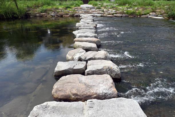 stepping stones - der nächste schritt stock-fotos und bilder