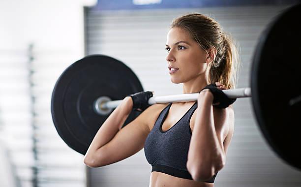 彼女のステップアップのエクササイズ - ウエイトトレーニング ストックフォトと画像