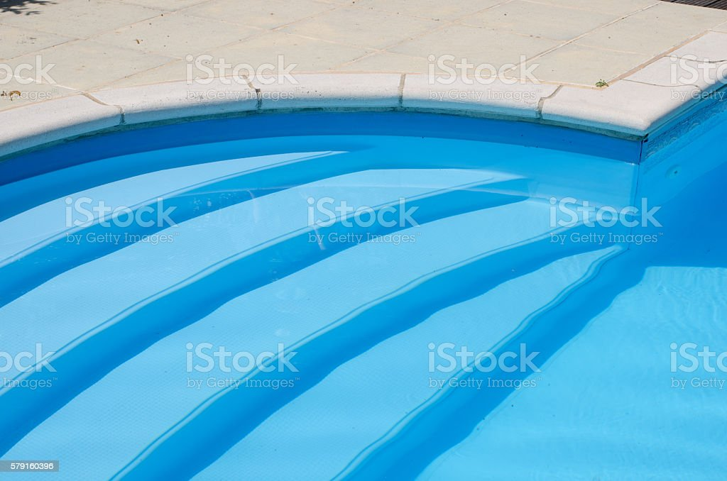 Steps going down into a domestic swimming pool – Foto