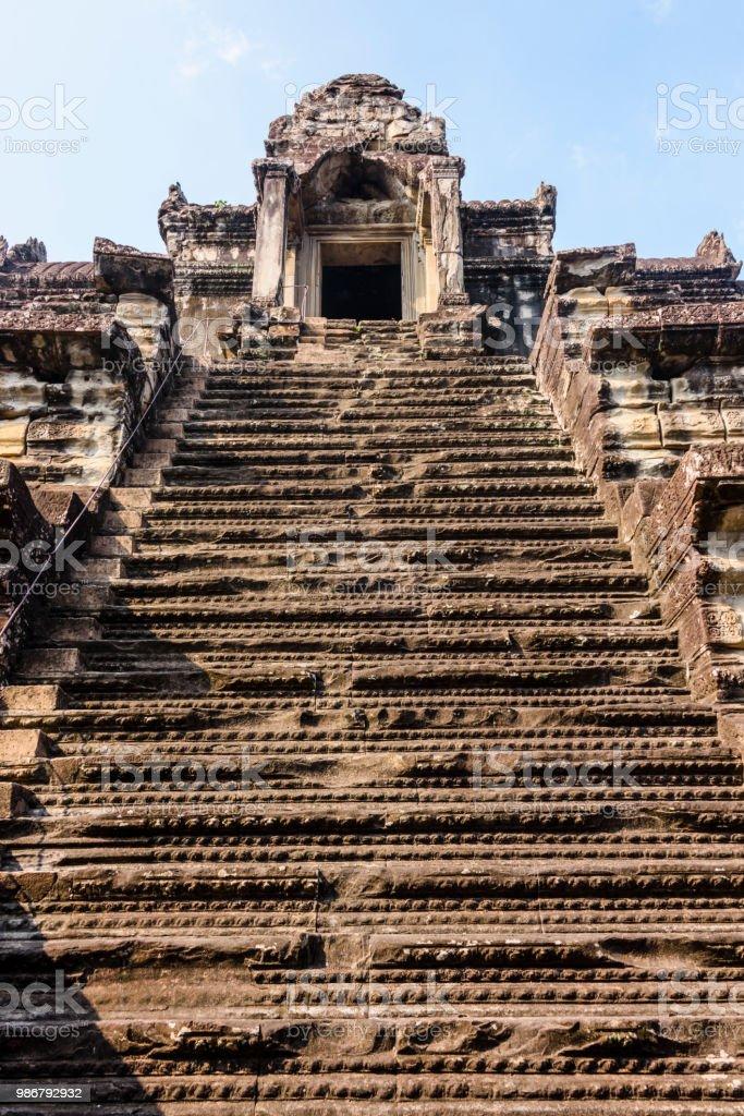 Stufen führen hinauf zur Stupa auf dem Dach des UNESCO World Heritage Site von Angkor Wat, Siem Reap, Kambodscha – Foto