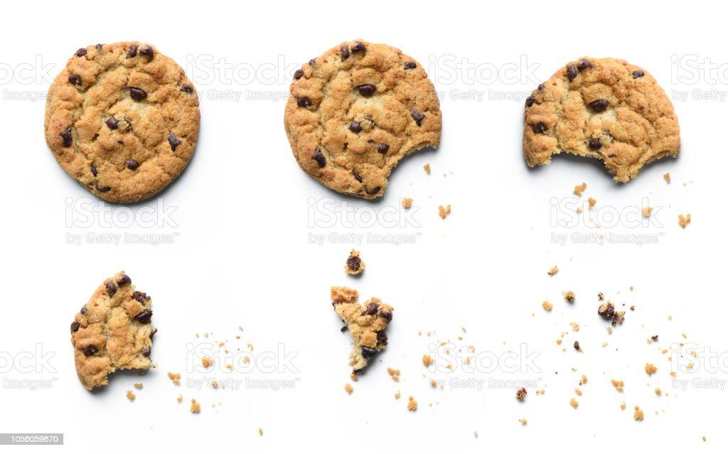 초콜릿 칩 쿠키 먹어 되 고의 단계입니다. 흰색 배경에 고립. - 로열티 프리 갈색 스톡 사진