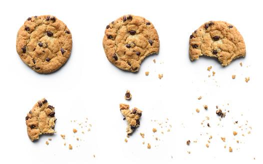 초콜릿 칩 쿠키 먹어 되 고의 단계입니다 흰색 배경에 고립 갈색에 대한 스톡 사진 및 기타 이미지