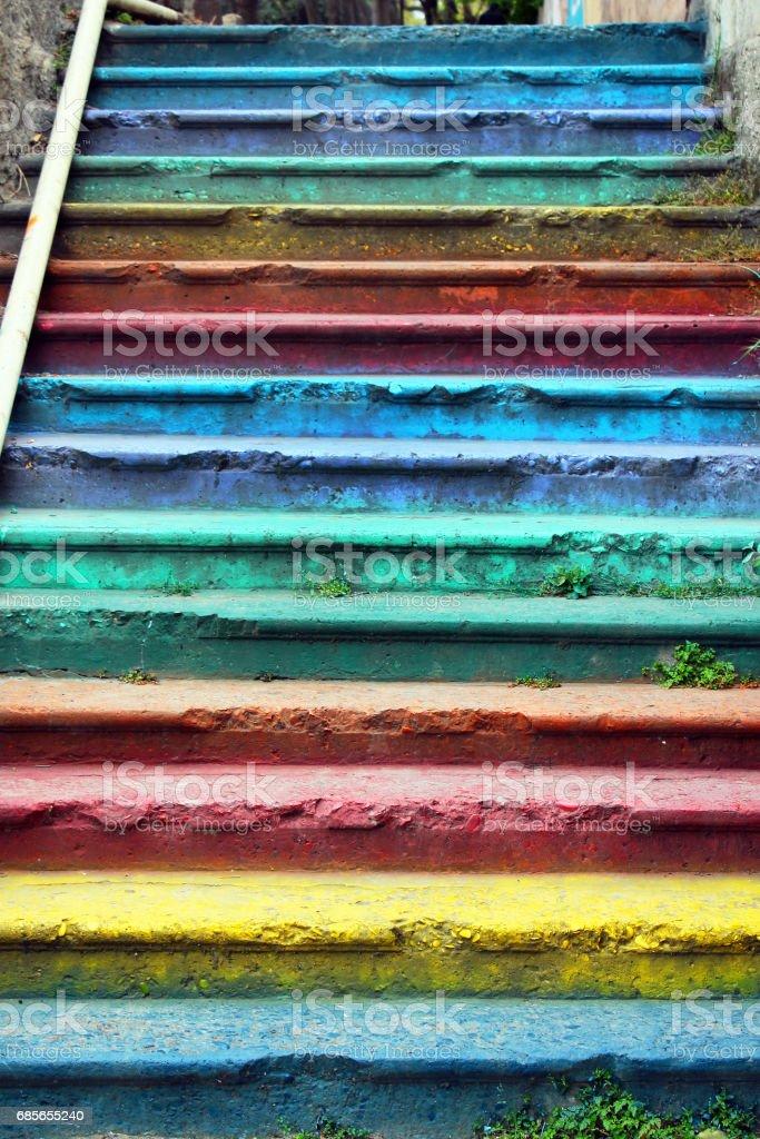 さまざまな色と塗られる古い通り階段 ロイヤリティフリーストックフォト