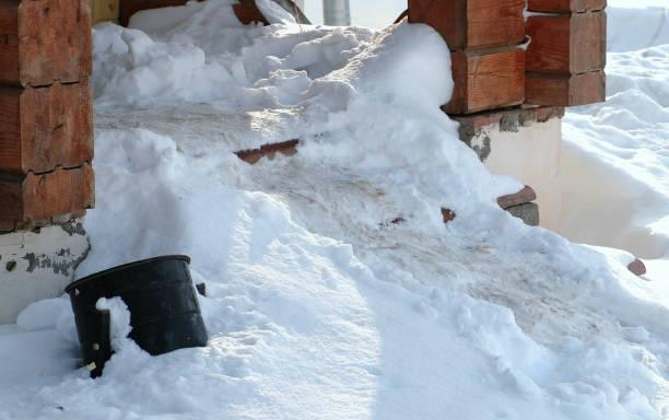treppen mit schnee bedeckt. nahaufnahme-eingang zur hütte im winter. - mülltonnenhäuschen stock-fotos und bilder