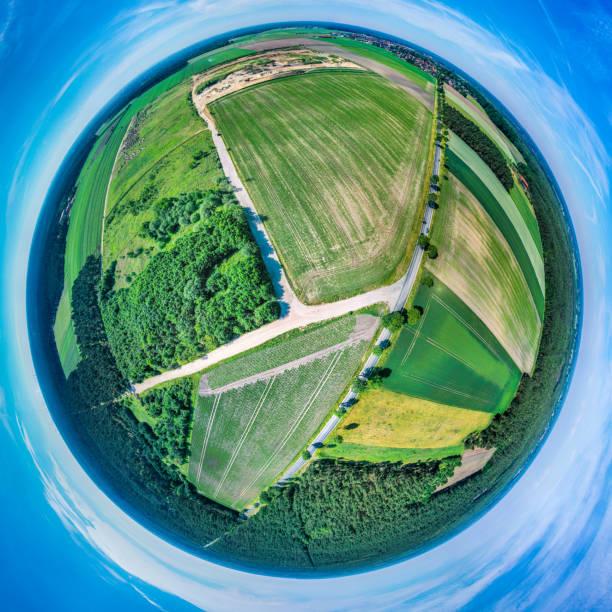 stereoskopisches kugelförmiges panorama einer flachen landschaft in norddeutschland mit feldern, wiesen und wäldern, luftaufnahme, drohnenaufnahme - aerial view soil germany stock-fotos und bilder