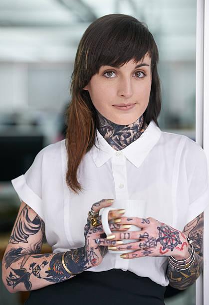 klischees-brauchst du nicht! - kaffeetasse tattoo stock-fotos und bilder