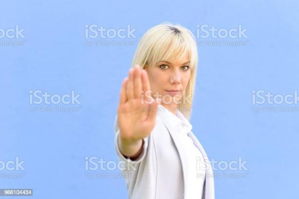 Aktern Ung Kvinna Att Göra En Stopgest-foton och fler bilder på Allvarlig