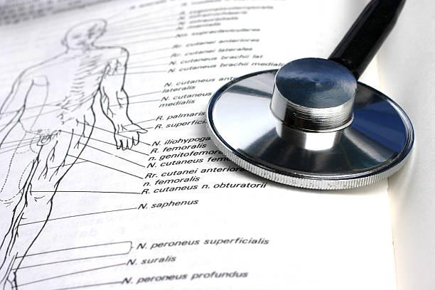 stethoskop und buchen - anatomie buch stock-fotos und bilder