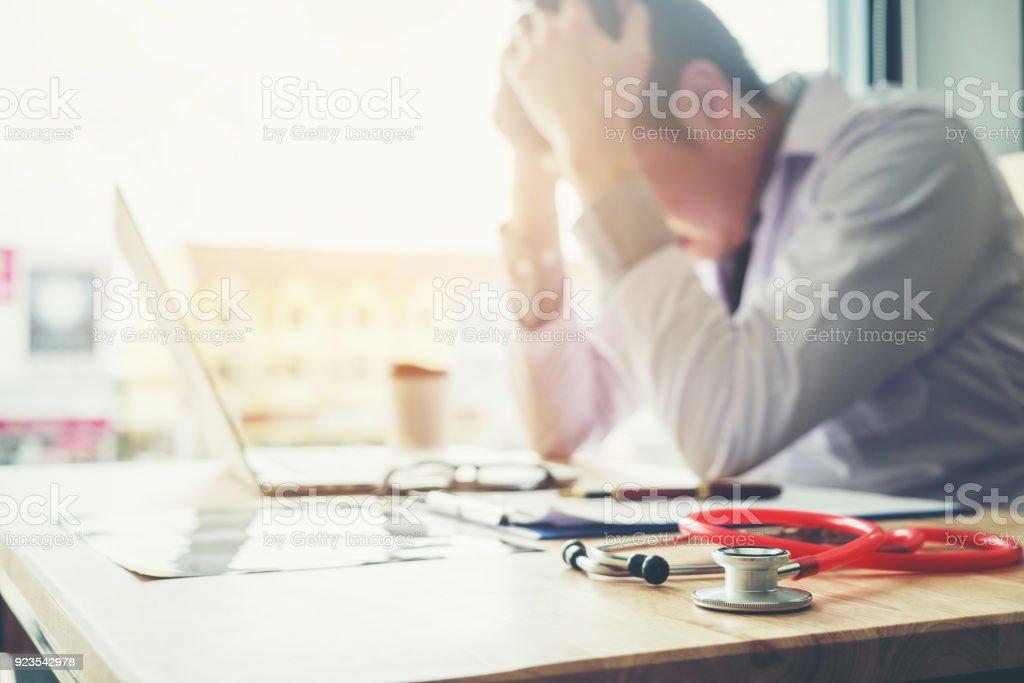 Stethoskop und Arzt sitzen mit Laptop Stress Kopfschmerzen über arbeiten im Krankenhaus – Foto