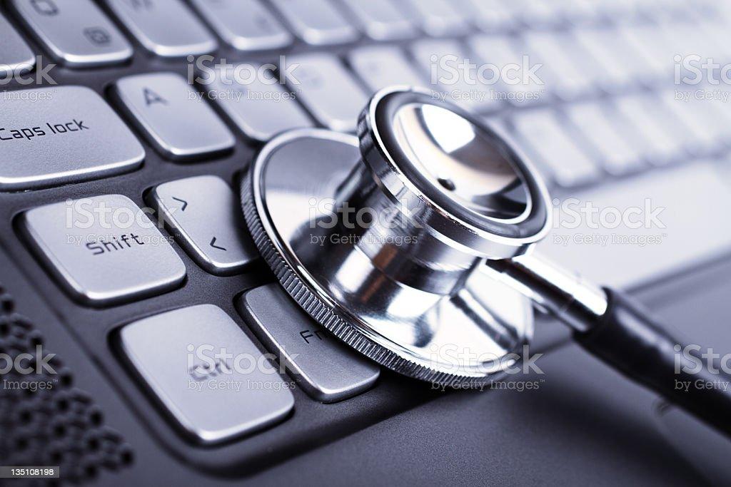 Stethoskop und laptop – Foto