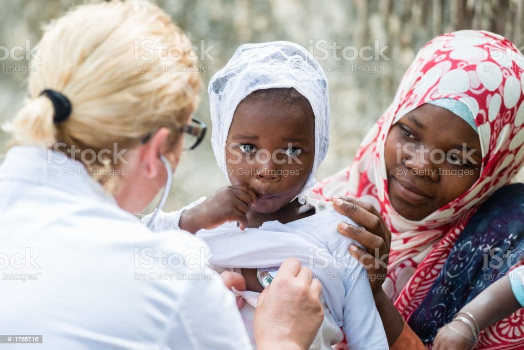 Examen de stéthoscope de fillette africaine - Photo