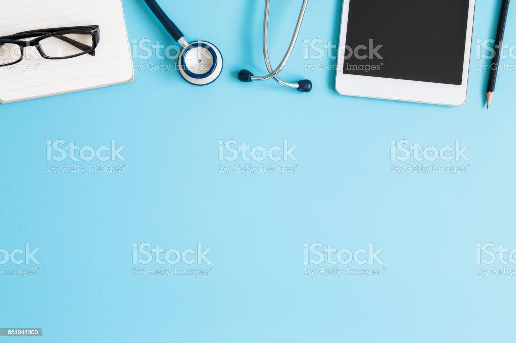 Stethoscope in doctors desk – Foto