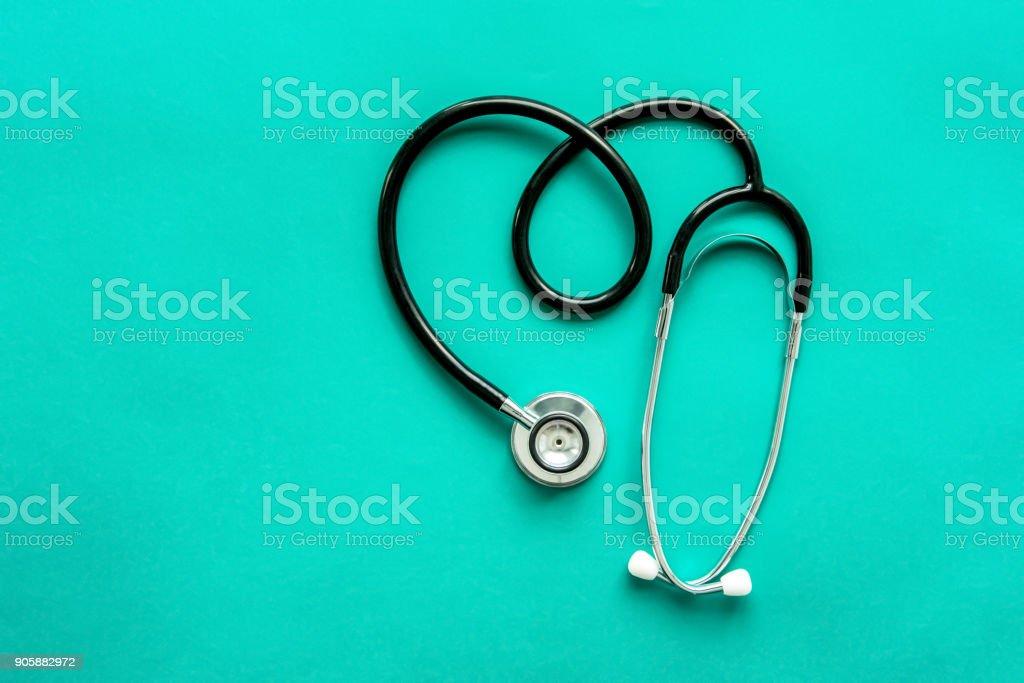 Stethoskop in Herzform auf hellgrünem Hintergrund – Foto