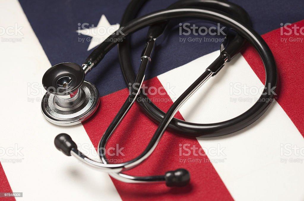 Stéthoscope sur Drapeau américain photo libre de droits