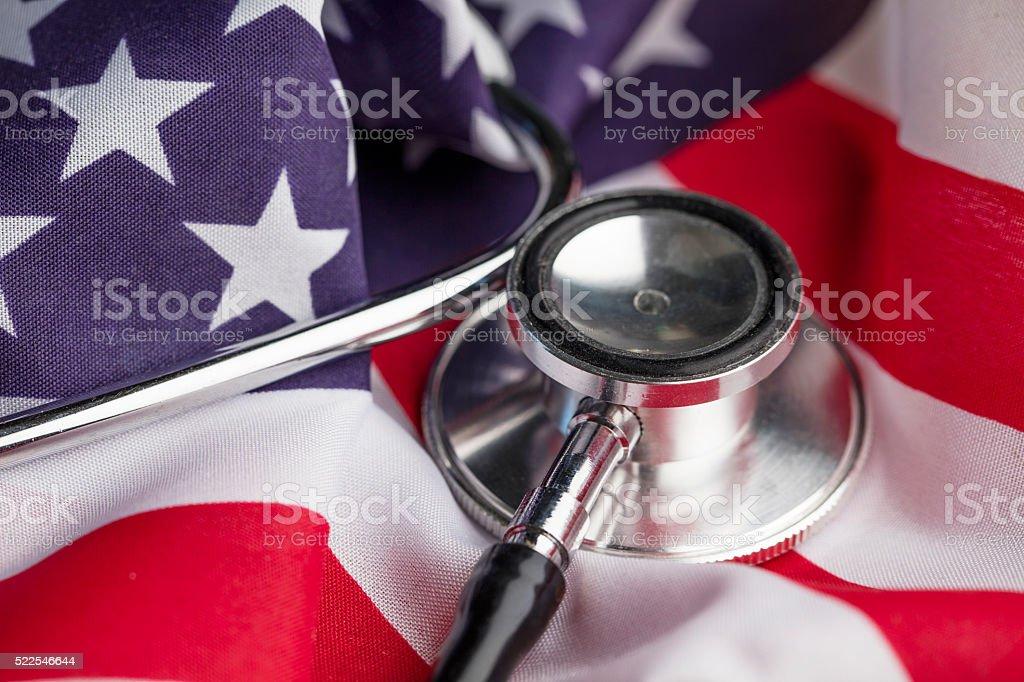 Estetoscópio em um estrelas e listras da bandeira americana - foto de acervo