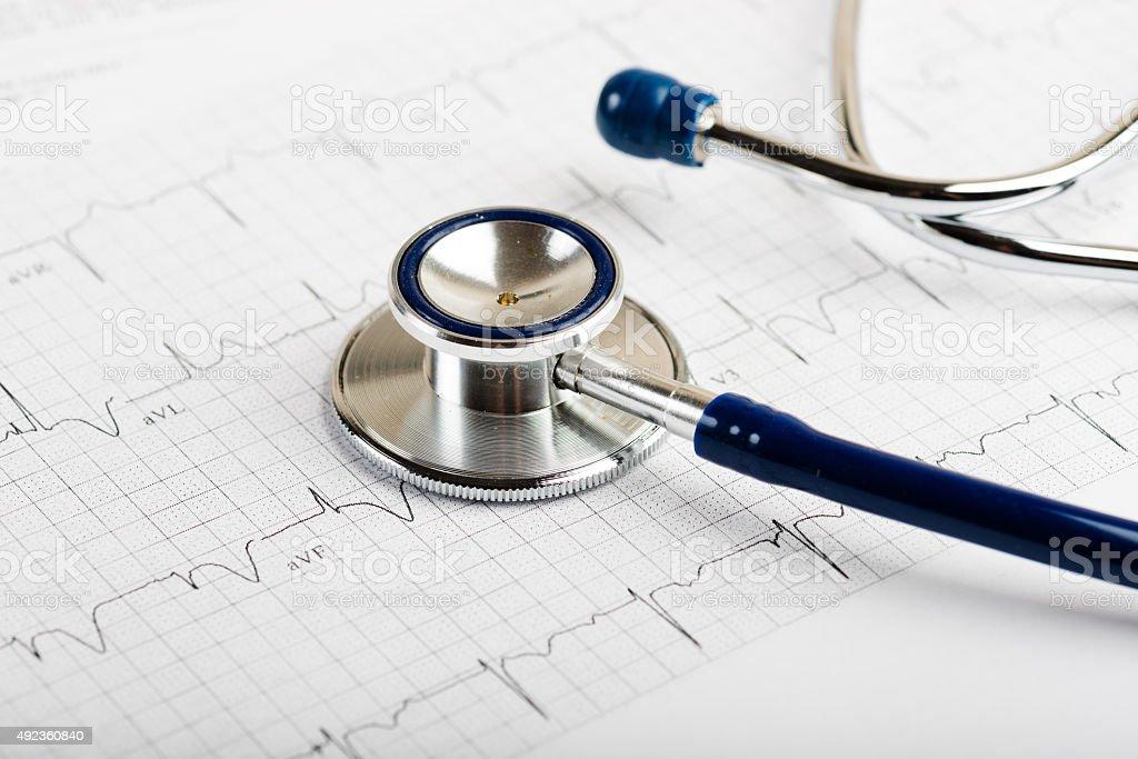 Estetoscópio em cardiogram conceito de coração de cuidados - foto de acervo