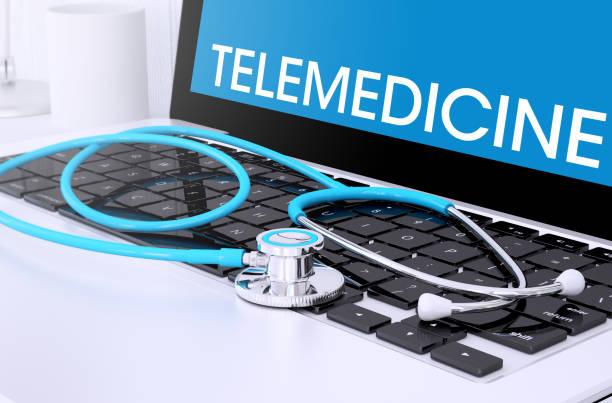estetoscopio en el teclado del ordenador portátil con pantalla que muestra la telemedicina - telehealth fotografías e imágenes de stock