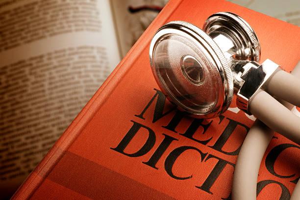 stethoskop auf medizinische wörterbuch - definition krankheit stock-fotos und bilder