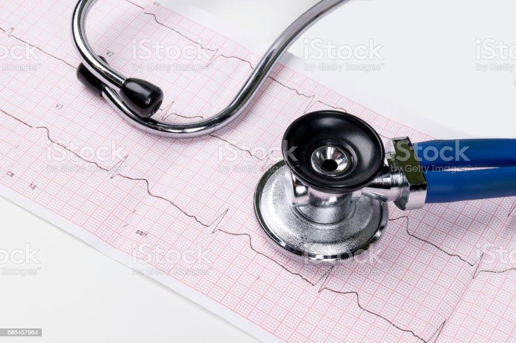 Stethoskop im Elektrokardiogramm (EKG)-Diagramm. Medizin-Konzept. medizinischen Hintergrund – Foto