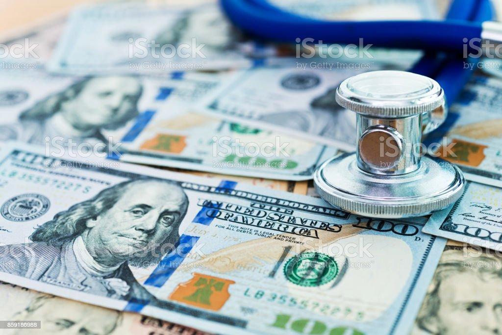 Stethoskop auf US-Dollarnoten – Foto