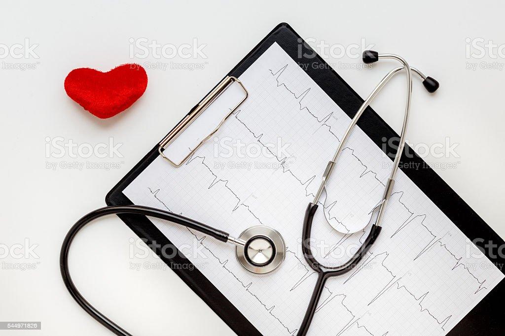 Stetoscopio Su Sfondo Bianco Con Un Cuore E Cardiogramma