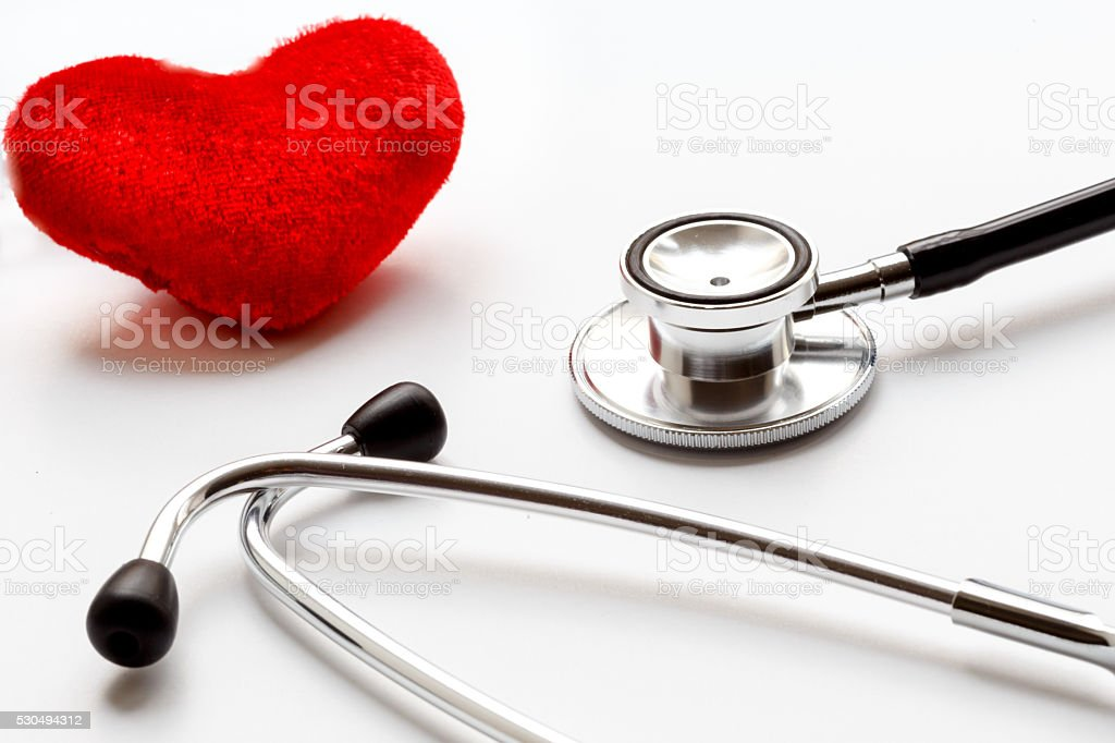 Stetoscopio Su Sfondo Bianco Con Un Cuore Fotografie Stock E Altre