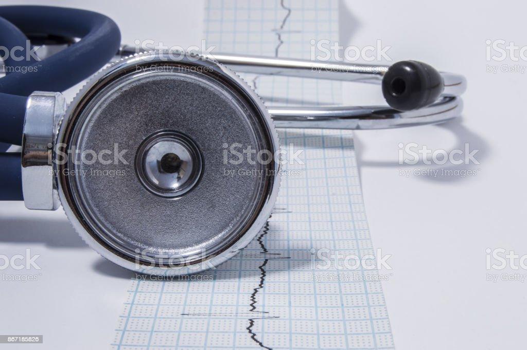 Estetoscópio ou estetoscópio é na fita com a vista frontal gravado eletrocardiograma (ECG ou EKG). A ideia para o exame médico geral ou cardiológico ou check-up - foto de acervo
