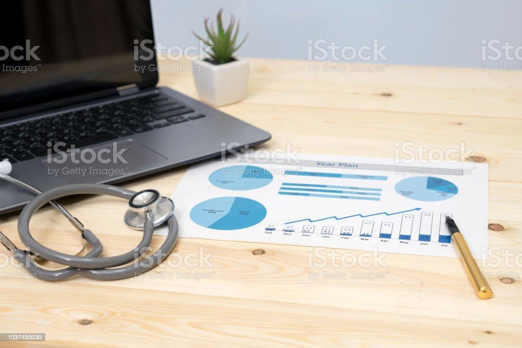 Stethoskop mit Finanzbericht  – Foto