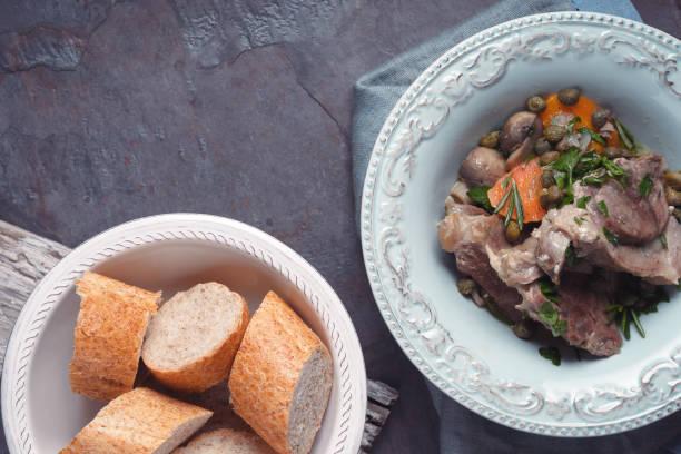 Ragoût de viande avec des légumes et pain sur fond de Pierre - Photo