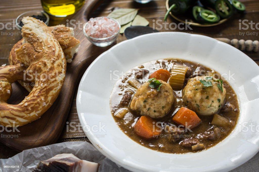 Ragoût de chevreuil et boulettes d'oignon Bacon - Photo de Aliment libre de droits
