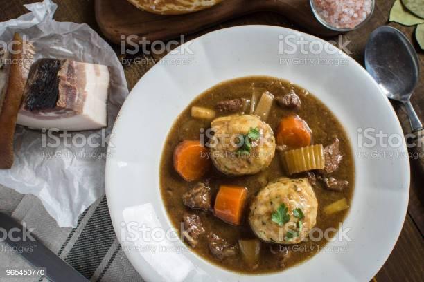 Foto de Guisado Com Carne De Veado E Bolinhos De Cebola Bacon e mais fotos de stock de Almoço