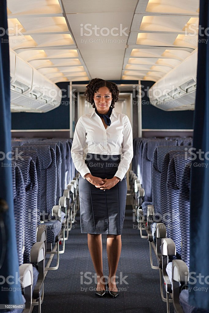 Stewardess en avión - foto de stock