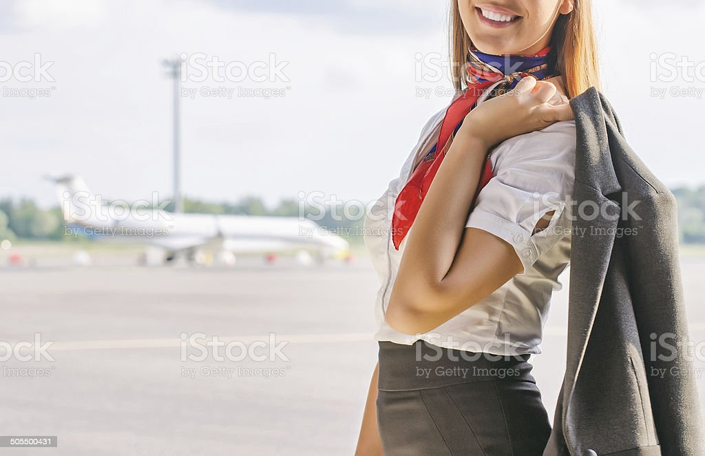 Stewardess vereinbart werden auf das Rollfeld.  Platz für Ihren text. – Foto