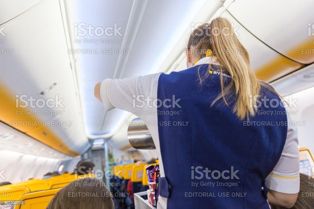 Stewardess, die Passagiere auf Ryanair-Flug am 14. Dezember 2017 auf einem Flug von Triest nach Valencia. – Foto