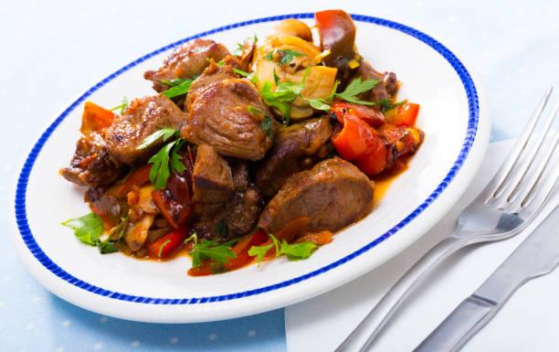 Carne estufada com legumes e cogumelos - foto de acervo