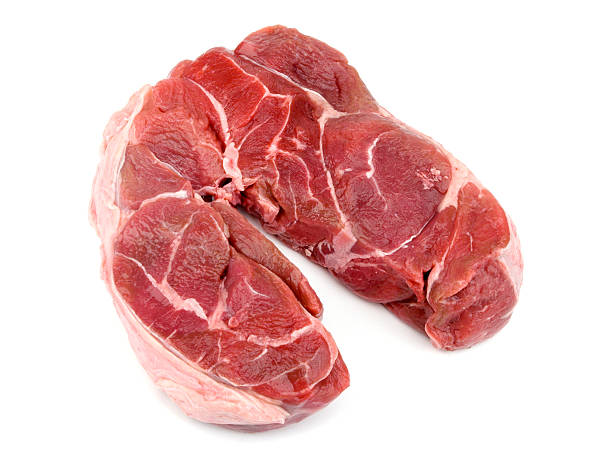stewing steak sur un arrière-plan blanc - mi jambe photos et images de collection