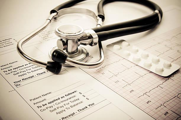 Sthetoscope, EKG, pilss und Kunden den Kassenbeleg – Foto